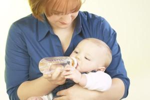 поить водой ребенка